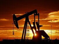 Giá dầu giảm trở lại từ mức cao nhất trong 8 tuần.